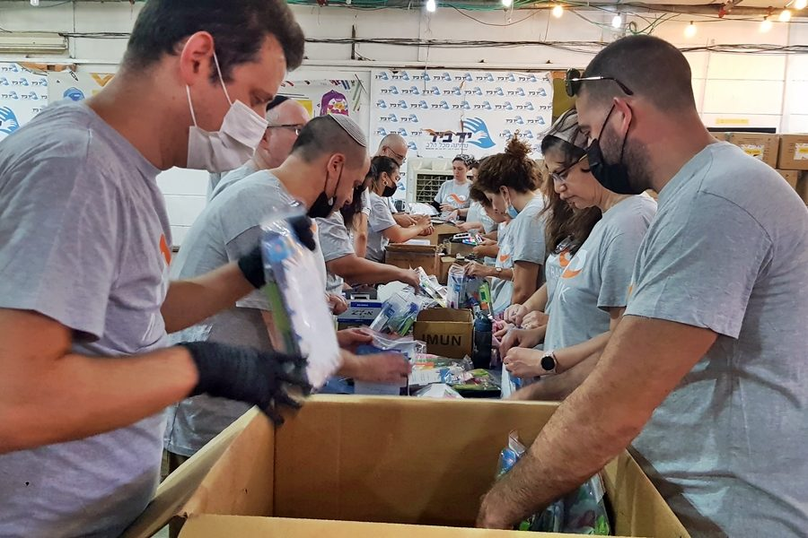 The management of Mizrahi Tefahot Bank on a volunteer day at the organization